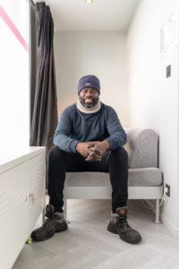 Souleymane DIARRA sur le lit Bureaux du Coeur chez Nobilito